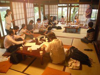 世田谷トラストまちづくり大学の大学生を前に講義中。
