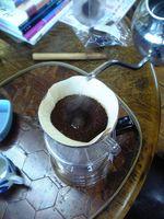 ペーパーの底まで棒を入れて、グリグリと穴を作ってからお湯を。