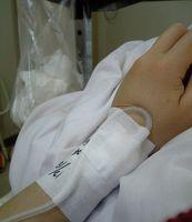 手術翌朝。手の腫れがすごい。
